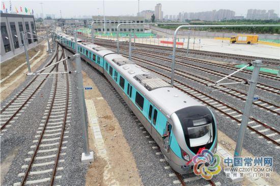 常州地铁2号线首列电客车亮相 预计明年下半年建成通车