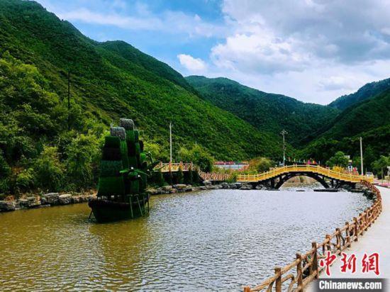 """甘南藏区现""""江南春景"""":绿草如茵水天一色"""