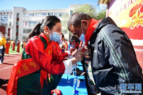 """(新华网西藏频道)(图文互动)拉萨市第一小学:2500余朵""""向日葵""""的绽放日(3)"""