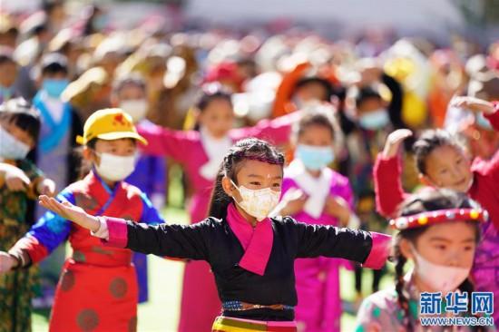 """(新华网西藏频道)(图文互动)拉萨市第一小学:2500余朵""""向日葵""""的绽放日(6)"""