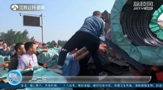 鹽城大豐大貨車發生事故 群眾扒開駕駛室救人