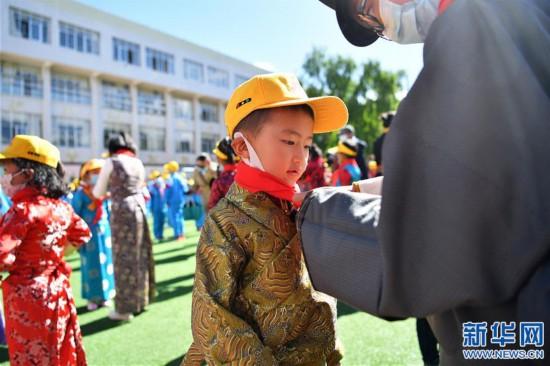 """(新华网西藏频道)(图文互动)拉萨市第一小学:2500余朵""""向日葵""""的绽放日(2)"""