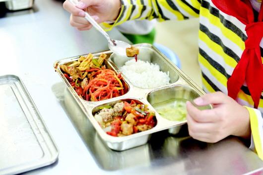 观山湖区:校园分段就餐 保障孩子健康
