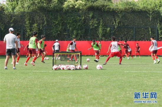 (体育)(5)足球――中国U19男足在沪训练