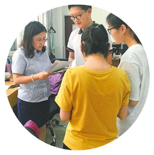 6月2日,昌樂一中語文老師王秀玲為高三學生當面批卷。(□張依盟報道)