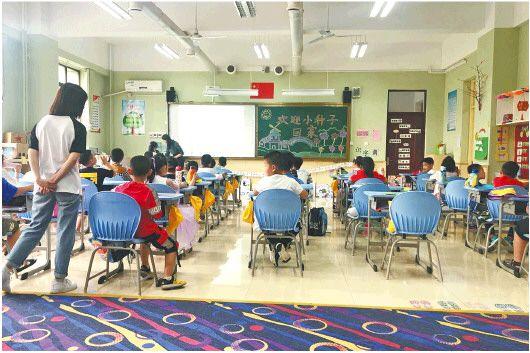 """6月2日,濟南市市中區的愛都小學一年級三班""""小種子班""""學生在上課。(□趙琳報道)"""
