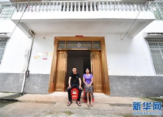 """(图片故事)(1)老矿工""""演""""出脱贫新生活"""