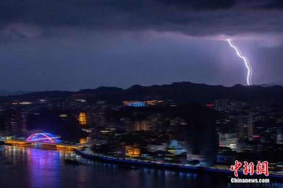 广西梧州电闪雷鸣 形成特别夜景