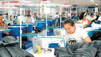 <p>    位於吳忠市紅寺堡區紅寺堡鎮團結村的寧夏坤和服裝科技有限公司,解決了當地不少村民的就業難題。</p>