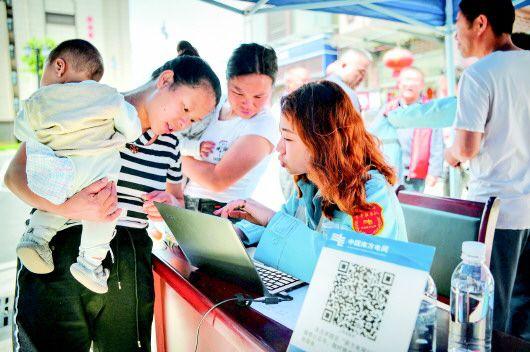 独山供电局青年服务队在望城社区宣传用电政策。