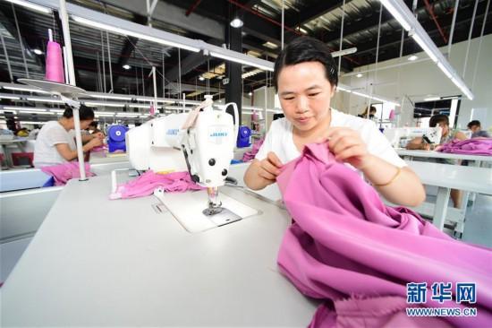 """(社会)(4)贵州天柱:""""扶贫工厂""""稳就业促增收"""