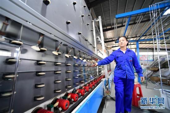 """(社会)(2)贵州天柱:""""扶贫工厂""""稳就业促增收"""
