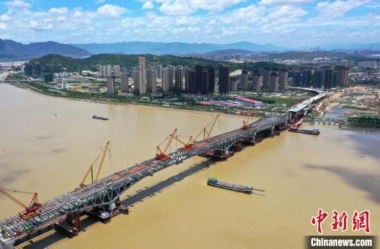 福建省首座公轨两用大桥主桥合龙