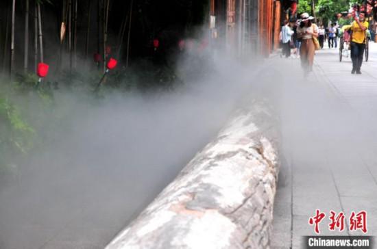 福州:景区启用水雾装置为游客降温