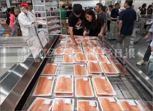超市售卖的冰鲜三文鱼。资料摄影/任玉明