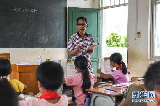 (图片故事)(1)乡村教师韦旭禧:33年坚守托起村里娃的求知梦