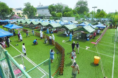 北京:新街口足球场变身核酸检测点