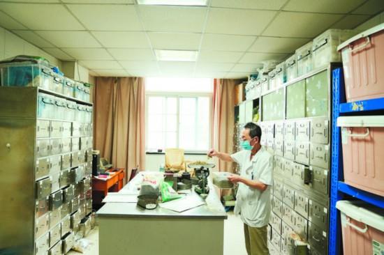 一間不大的中藥庫房內存儲了數百種中藥材。