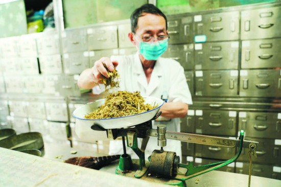 體積不一樣的中藥材用不同的器材稱重。