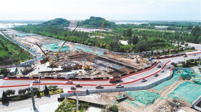 <p>    6月21日,银川市沈阳路快速通道工程正在紧张施工。沈阳路快速通道工程西起新小线、东至京藏高速公路,设计全长约21.85公里,预计7月底竣工。                                                                                      本报记者 王鼎 摄</p>