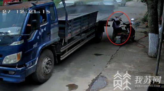 徐州一貨車車廂門板掉落 砸傷路邊女子