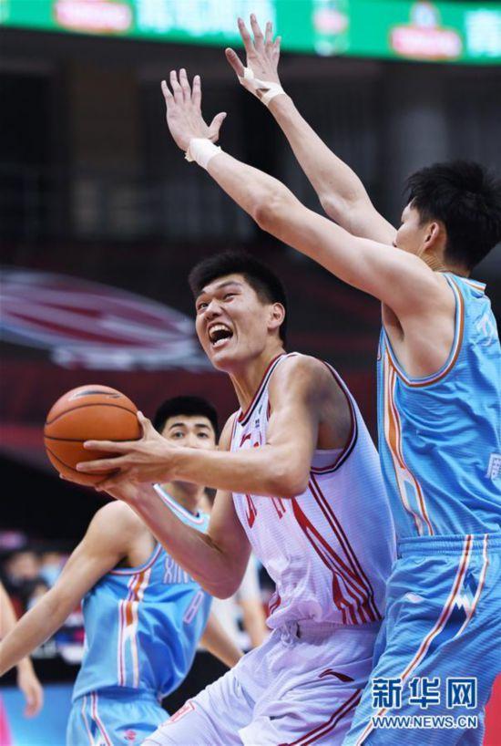 (体育)(10)篮球――CBA复赛第一阶段:新疆伊力特胜青岛国信双星