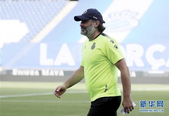 (体育)(4)足球――西甲:西班牙人队新帅鲁菲特带队训练