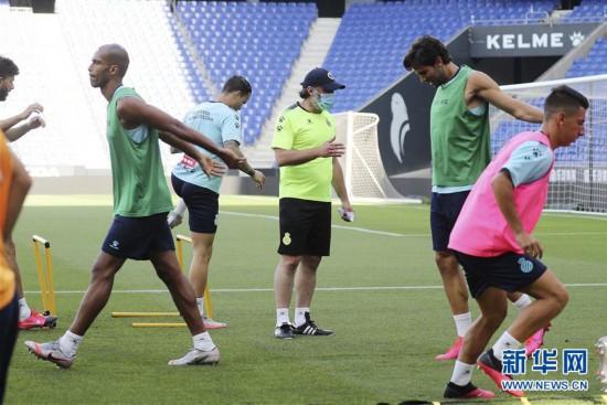 西甲:西班牙人队新帅鲁菲特带队训练