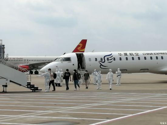 徐州空降首架國際復工包機 14名外籍專家落地