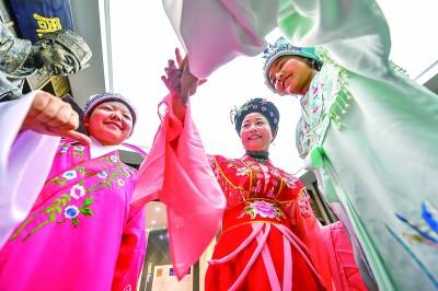 小戏迷学戏曲感受中华传统文化的魅力