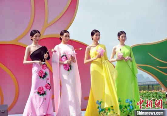開幕当日に開催されたファッションショー(撮影・黄艷梅)。
