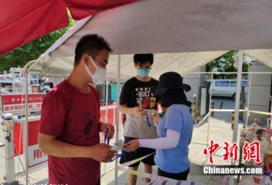 秩序よく通行の際のチェックを受ける豊台区新村・銀地家園の住民(写真提供・北京市豊台区)