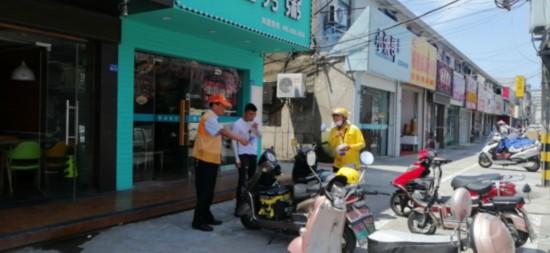 创文同行志愿者劝导居民有序停放车辆