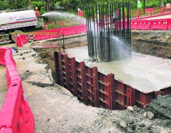 图为承台混凝土浇筑现场。