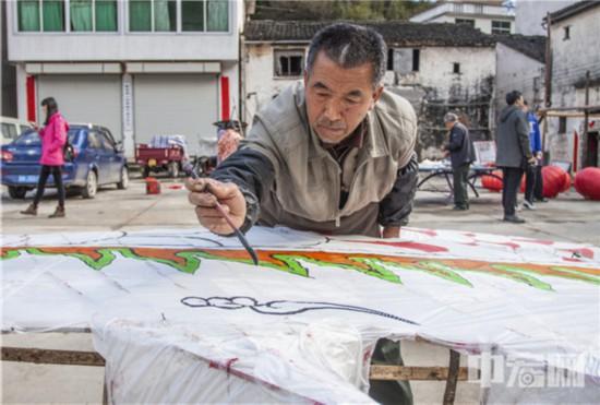 30,黄山市非物质文化遗产传统技艺----汪满田鱼灯节正在画鱼灯的艺人。(摄影:潘立�N).jpg