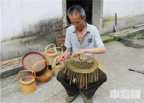 20,心灵手巧的老竹匠,能用薄薄的竹片编织出各色竹制品。(摄影:潘立�N).JPG