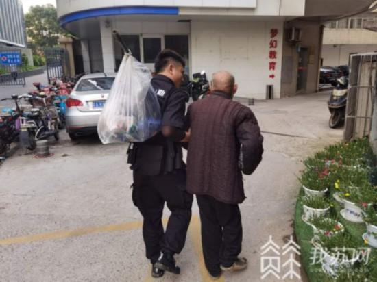 南京一耄耋老人睡在工地废墟 原是记忆力差半路迷路