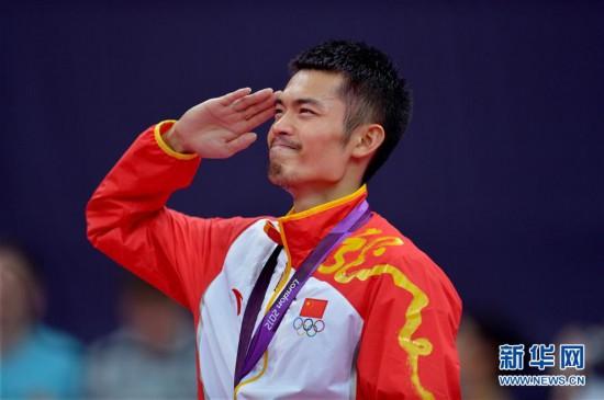 2012年8月5日、ロンドン五輪バドミントン男子シングルスでマレーシアの李宗偉を破って金メダルを獲得し、敬礼する林丹。