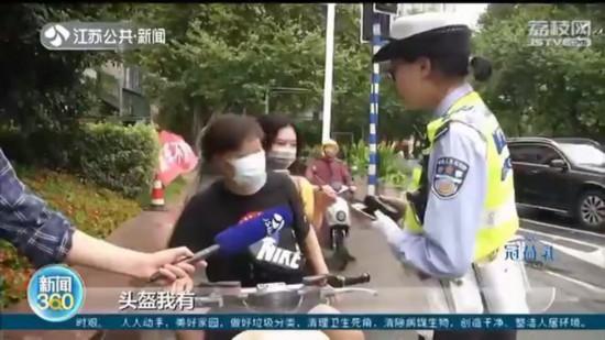 南京:电动车新规实施5天 仍有人骑车不戴头盔