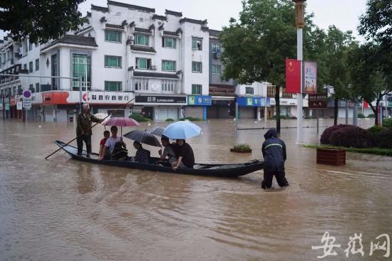 歙县水情严重道路无法通行 部分高考生将坐船到考场