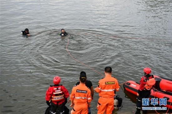 (社會)(3)貴州安順公交車墜入虹山湖水庫致21人死亡15人受傷