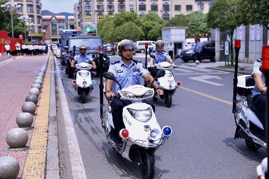 湘赣边(大瑶)首支治安巡防队伍正式上街。