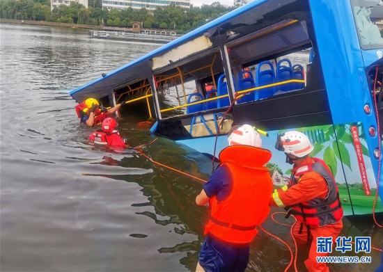 (新華網)(2)貴州安順一公交車墜入水庫