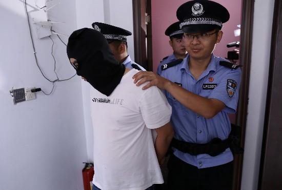 """警方表示,吸毒者被抓的线索来源于""""微网格""""群众的举报。"""