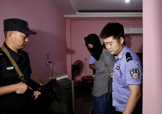 """7月7日上午,在大瑶镇一家旅馆,两名""""瘾君子""""被抓。均为长沙晚报全媒体记者 颜开云 摄"""