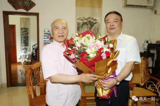 曾欣走訪看望自治區黨委政法委機關省部級退休老干部