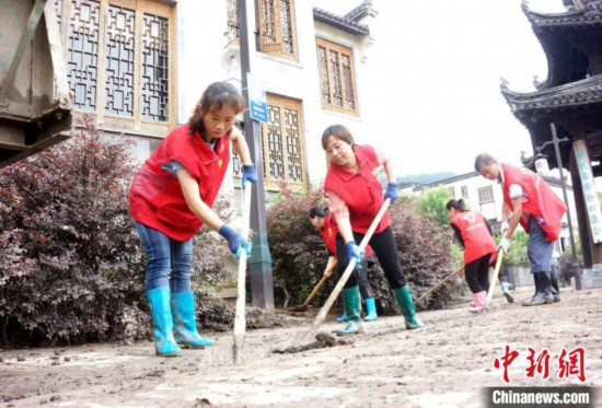 安徽歙县千余名志愿者清淤净化家园
