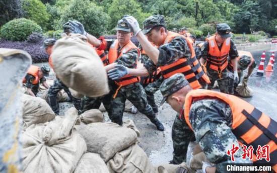 260多位武警官兵援建德抗洪�^��4天3夜留下暖心黑板��