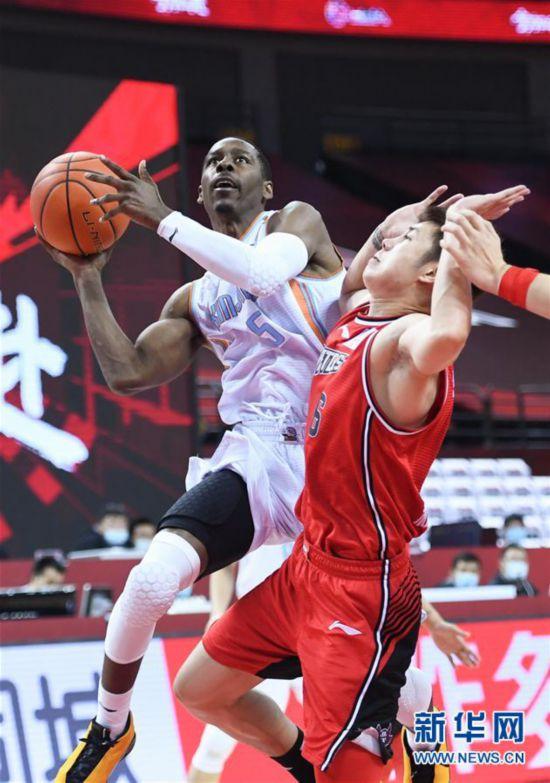 (体育)(4)篮球――CBA复赛第二阶段:新疆伊力特胜深圳马可波罗