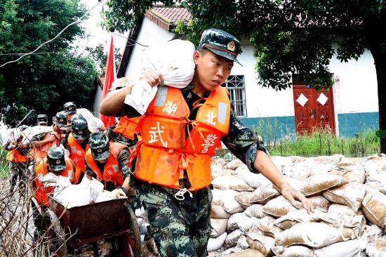 湖北长湖水位连续超保 武警官兵紧急护堤【7】